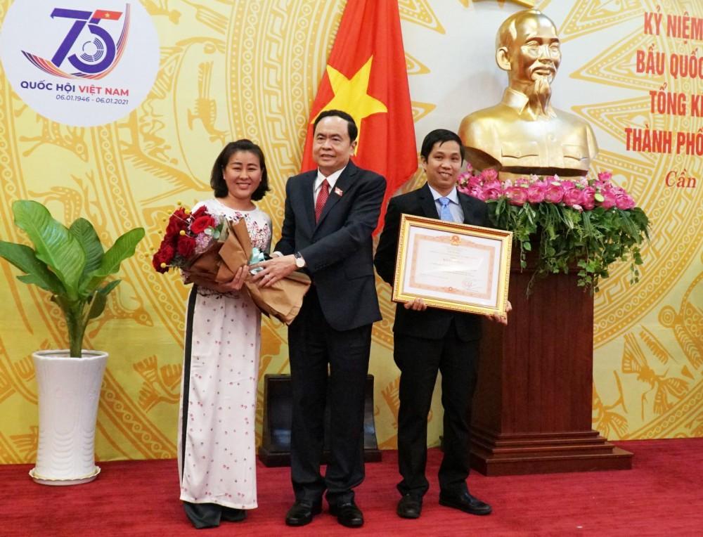 Ông Trần Thanh Mẫn, Bí thư Trung ương Đảng, Chủ tịch Ủy ban Trung ương MTTQVN trao Bằng khen và tặng hoa chúc mừng Văn phòng Đoàn đại biểu Quốc hội thành phố. Ảnh: ANH DŨNG