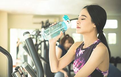 Uống nhiều nước và vận động thể chất đều đặn giúp duy trì sức khỏe miễn dịch. Ảnh: Harvard Health
