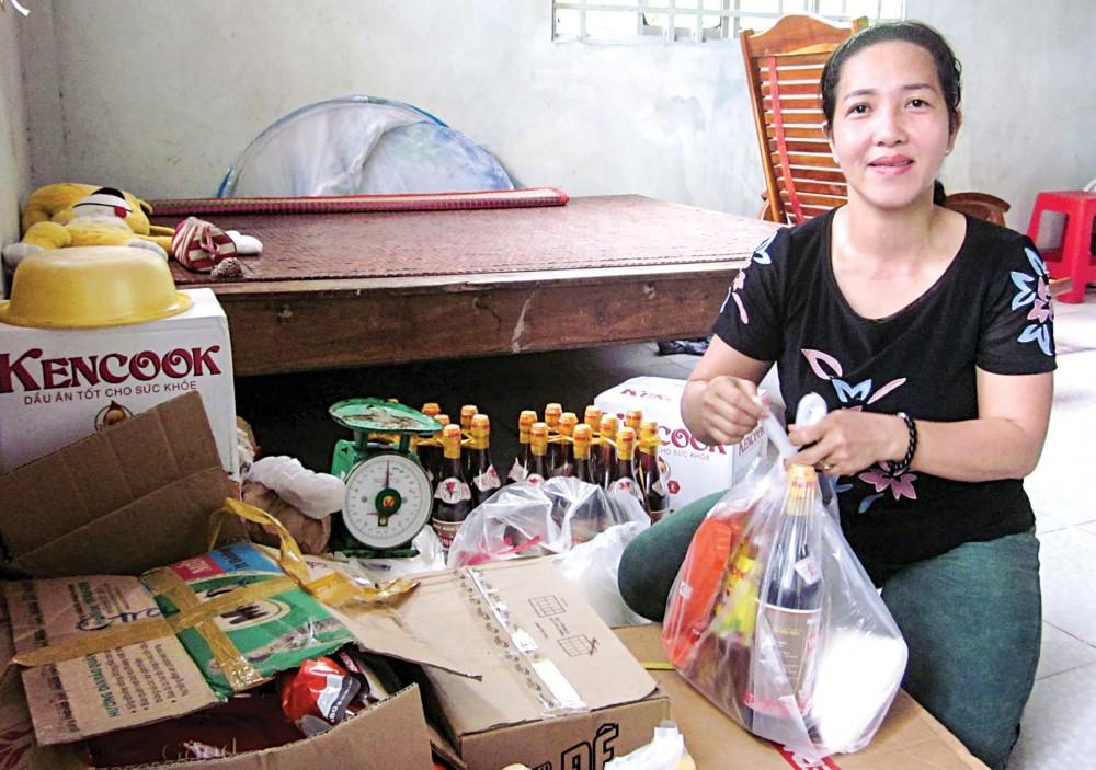 Chị Viếng chuẩn bị các phần quà Tổ tiết kiệm tặng các thành viên.