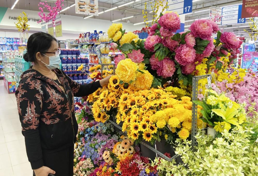 Người tiêu dùng lựa chọn hoa giả tại siêu thị Co.opmart Cần Thơ.