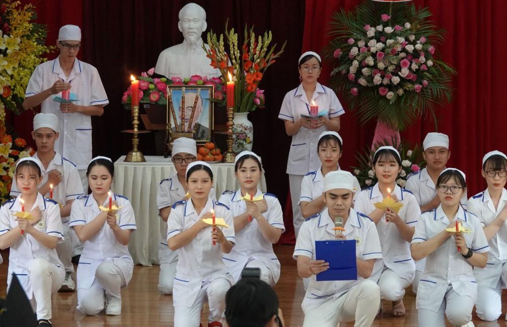 Các tân khoa tuyên thệ giữ gìn y đức trong buổi lễ tốt nghiệp.