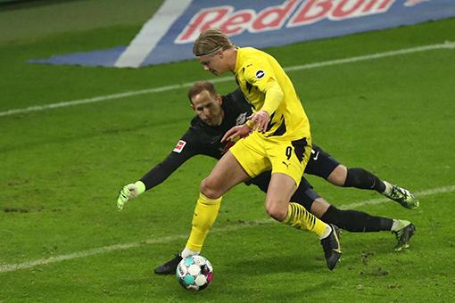Haaland ghi bàn vào lưới RB Leipzig hôm 10-1. Ảnh: Goal