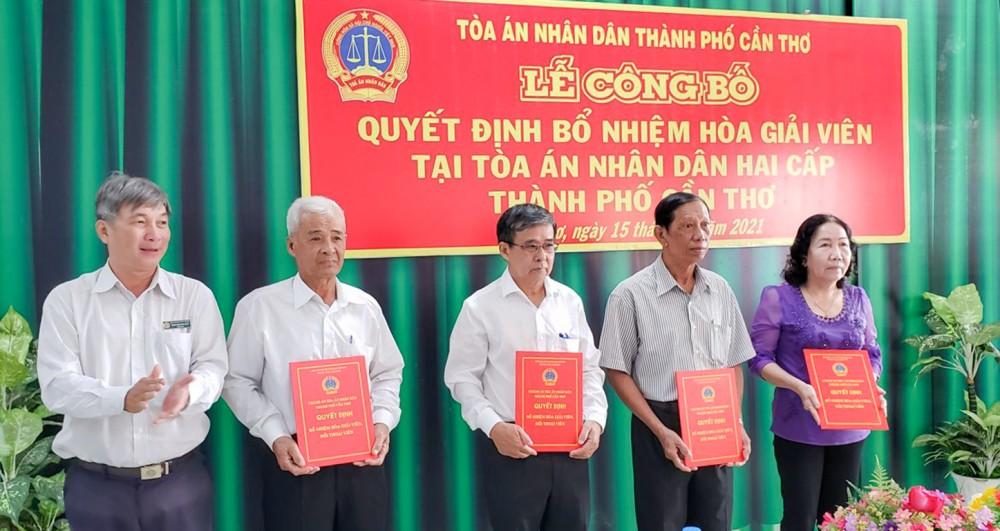 Ông Thái Quang Hải, Thành ủy viên, Chánh án TAND TP Cần Thơ, trao quyết định bổ nhiệm các hòa giải viên.