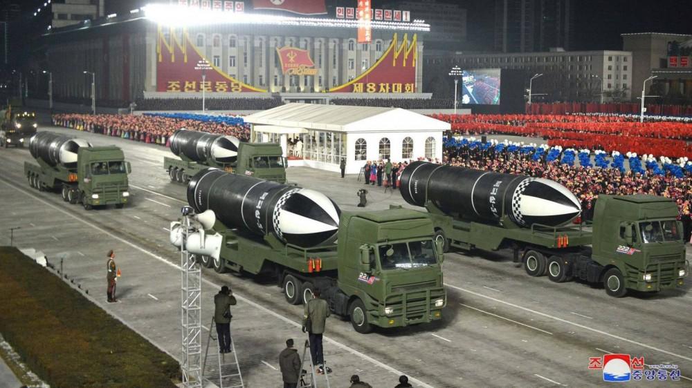 Một số SLBM được Triều Tiên phô diễn trong cuộc duyệt binh tối 14-1. Ảnh: AP