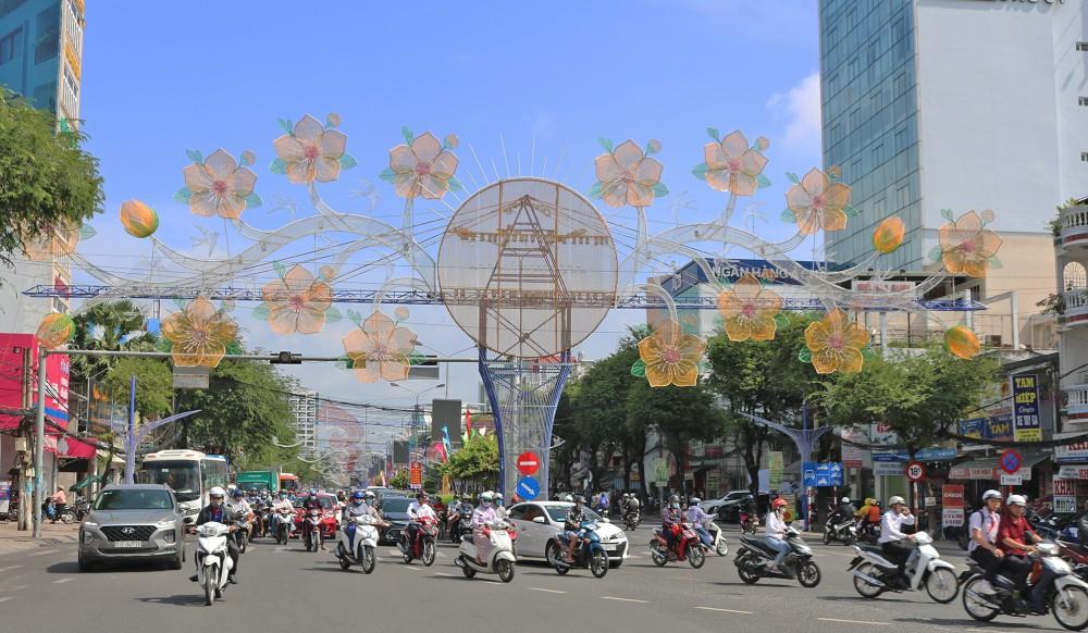 Thành phố Cần Thơ trang hoàng cờ, hoa, đường đèn chào mừng Đại hội toàn quốc lần thứ XIII của Đảng và đón xuân mới. Ảnh: ANH KHOA