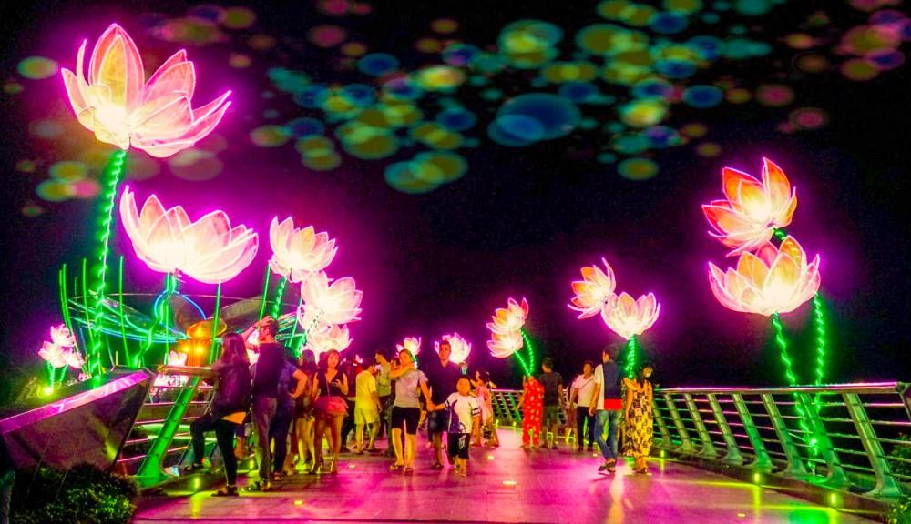 Khu vực cầu đi bộ và Bến Ninh Kiều là địa điểm lý tưởng để ngắm pháo hoa.