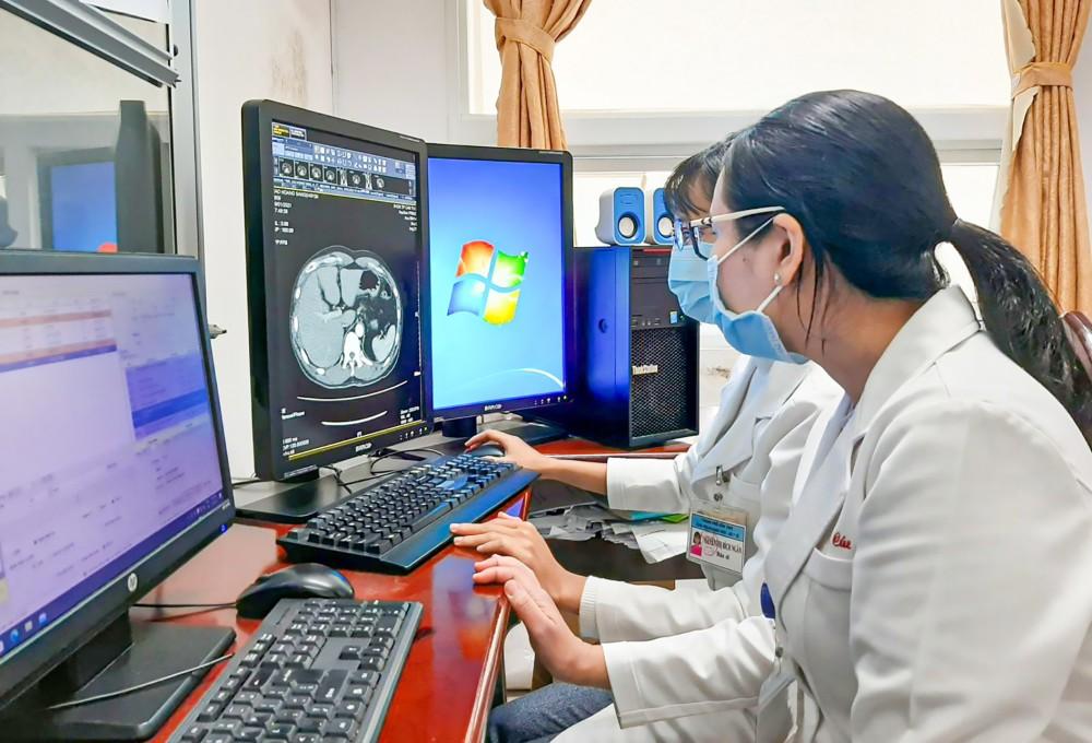 Bác sĩ chẩn đoán hình ảnh BV Đa khoa TP Cần Thơ đọc hình ảnh thông qua hệ thống PACS.