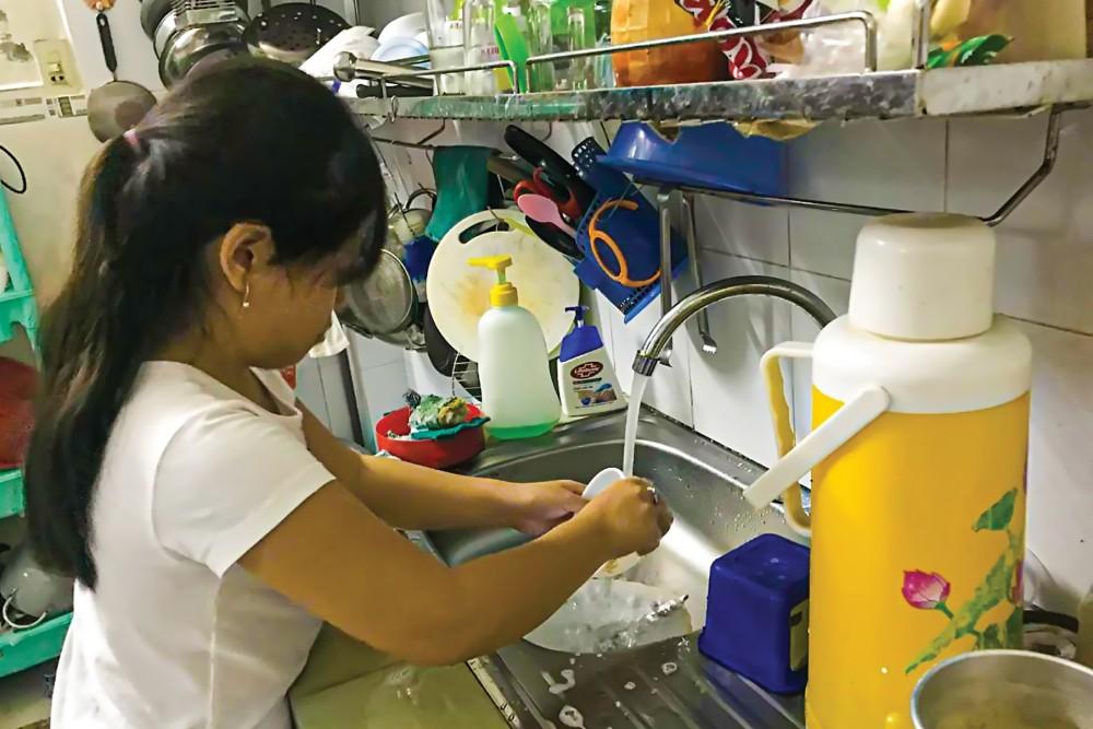 Dạy trẻ biết phụ giúp gia đình những công việc vừa sức.