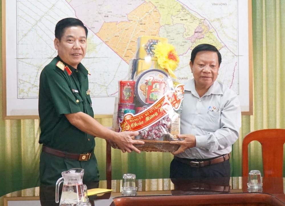 Thiếu tướng Nguyễn Văn Gấu, Chính ủy Quân khu 9 chúc Tết lãnh đạo Hội CCB thành phố.