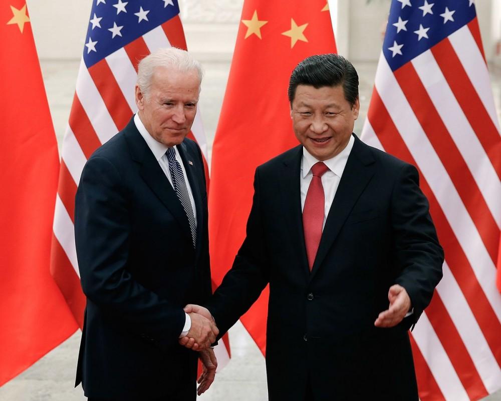 Ông Biden (trái) trong lần gặp gỡ Chủ tịch Trung Quốc Tập Cận Bình trước đây. Ảnh: NY Times