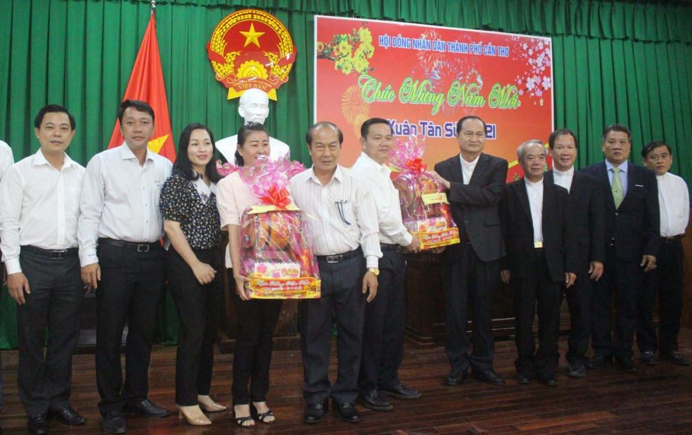 Đoàn Tòa Giám mục Long Xuyên chúc Tết tại HĐND thành phố.