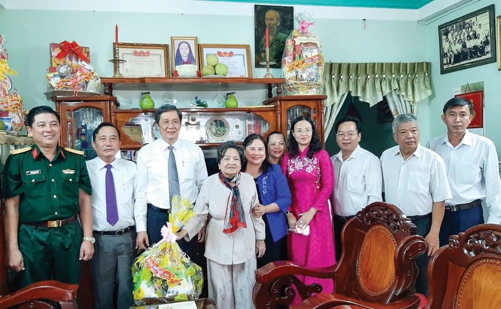 Đồng chí Phạm Văn Hiểu (thứ 3 từ trái sang) cùng các thành viên trong đoàn chúc Tết mẹ Việt Nam Anh hùng Đặng  Thị Gương ở phường An Hòa. Ảnh: NGỌC QUYÊN