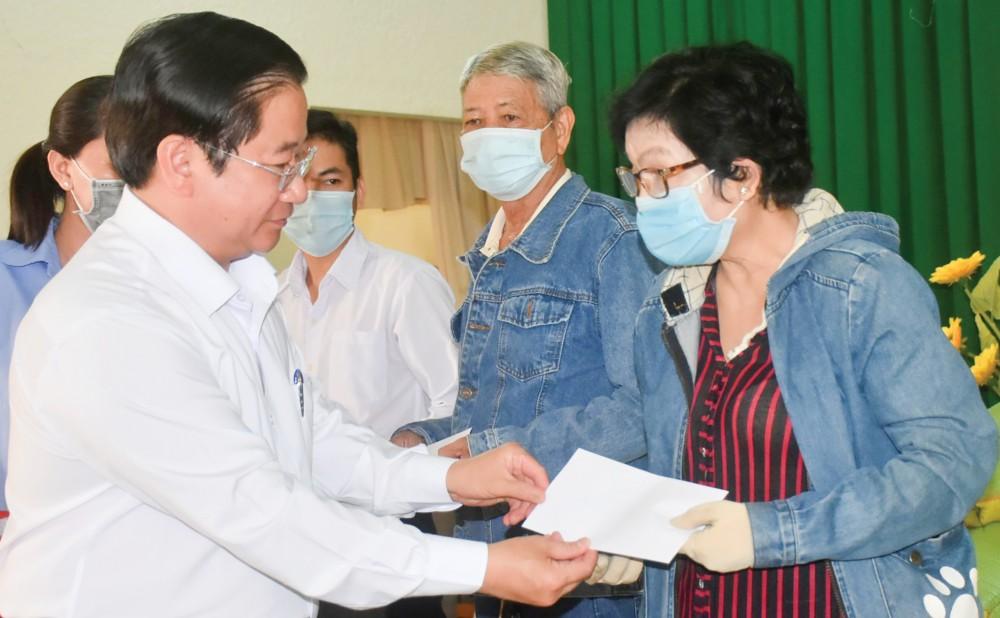 Đồng chí Trần Việt Trường tặng quà Tết cho hộ nghèo, người có hoàn cảnh khó khăn ở phường Phú Thứ, quận Cái Răng. Ảnh: X.Đ