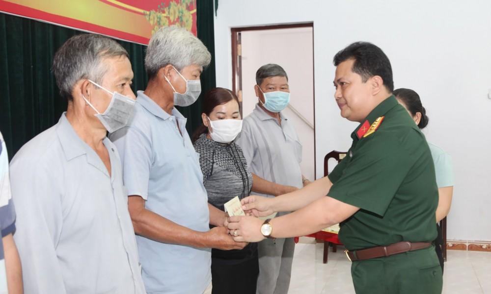 Đại tá Chiêm Thống Nhất, Ủy viên Ban Thường vụ Thành ủy, Chỉ huy trưởng Bộ Chỉ huy Quân sự thành phố tặng quà cho người có công tại huyện Cờ Đỏ. Ảnh: NGUYỄN THẮNG