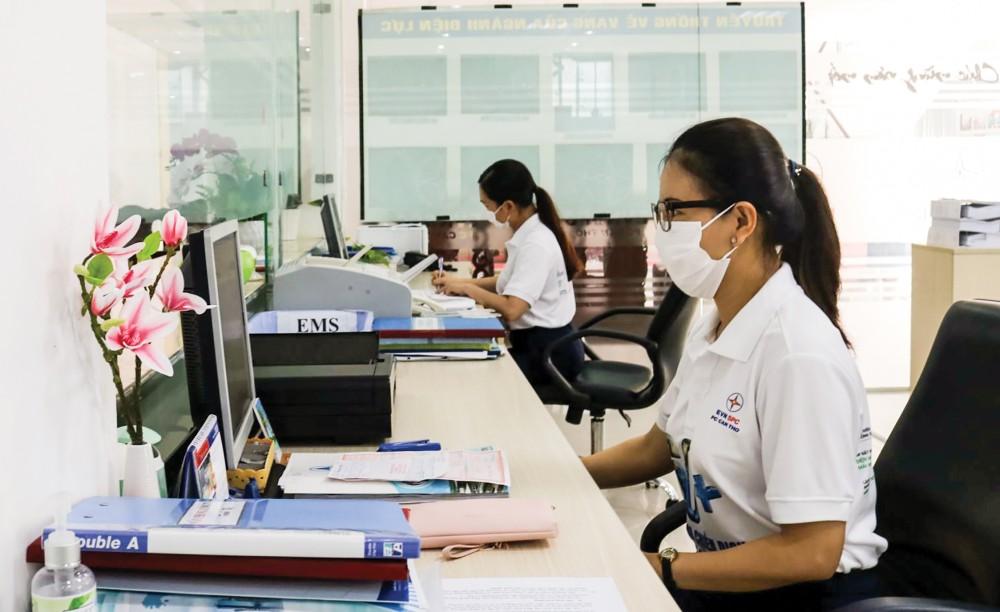 Cán bộ công nhân viên Công ty Điện lực TP Cần Thơ thực hiện nghiêm các biện pháp phòng dịch COVID-19 tại nơi làm việc.