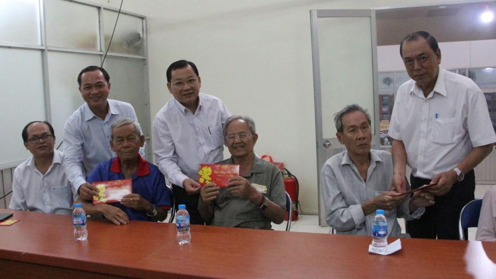 Các đồng chí lãnh đạo quận Ninh Kiều trao quà cho các gia đình tiêu biểu.
