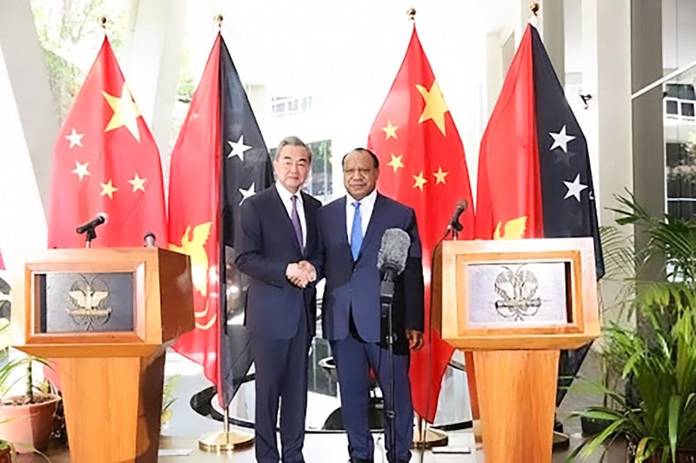 Ngoại trưởng Trung Quốc Vương Nghị (trái) và người đồng cấp Papua New Guinea Rimbink Pato trong một cuộc gặp hồi tháng 10-2018. Ảnh: Xinhua