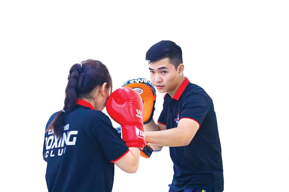 Cựu võ sĩ Đổ Hồng Ngọc (phải) gắn bó Boxing với vai trò HLV từ đầu năm 2019.