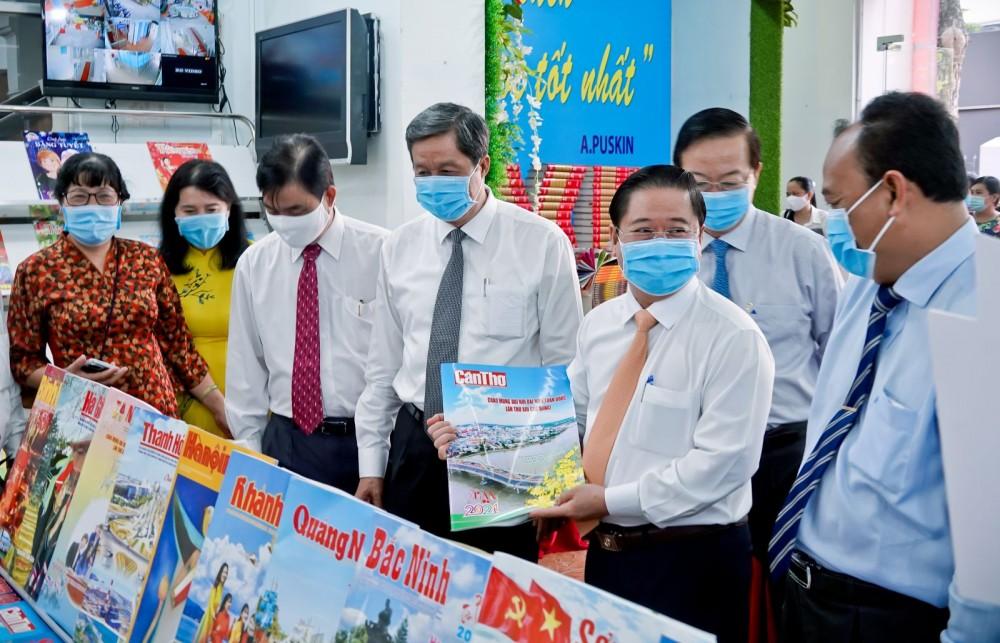 Lãnh đạo thành phố xem ấn phẩm Báo Cần Thơ Xuân Tân Sửu. Ảnh: DUY KHÔI