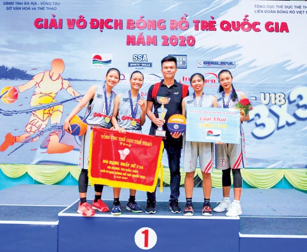 HLV Trương Minh Hiền và đội nữ U18 Bóng rổ Cần Thơ đoạt 2 HCV tại Giải vô địch Bóng rổ trẻ quốc gia năm 2020.