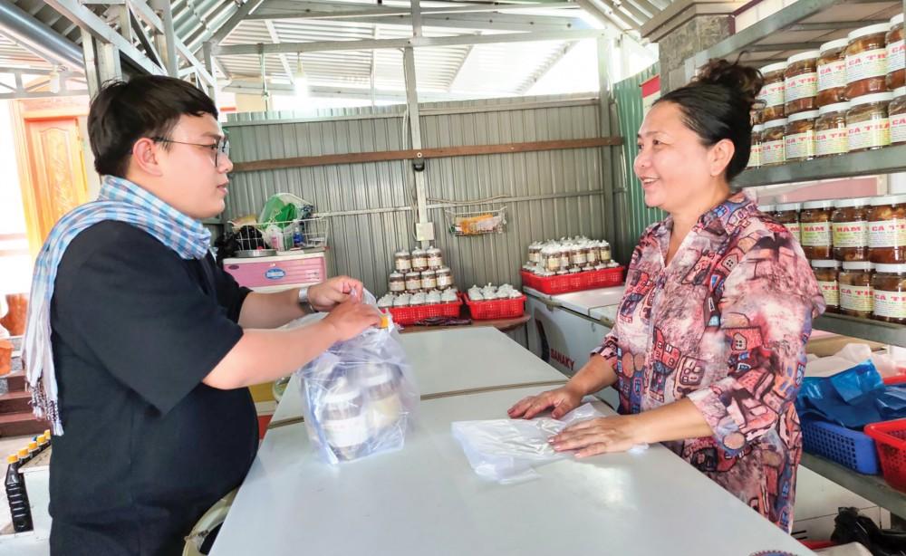 Mắm cá tra được bày bán tại Cơ sở sản xuất mắm và khô cá tra Út Anh ở phường Tân Lộc.