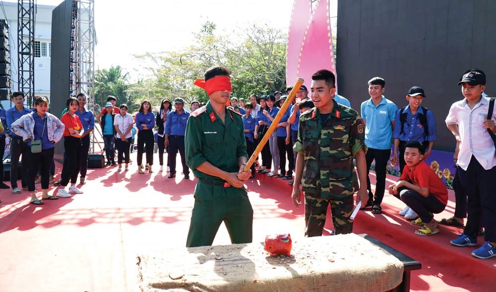 Bộ đội tham gia các hoạt động vui chơi trong Tết Quân Dân năm 2020 tổ chức ở xã Thới Xuân, huyện Cờ Đỏ.