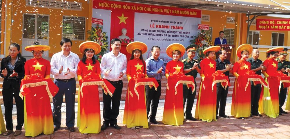 Ban Tổ chức Tết Quân Dân năm 2020 cắt băng khánh thành Trường Tiểu học Thới Xuân 1, xã Thới Xuân, huyện Cờ Đỏ.