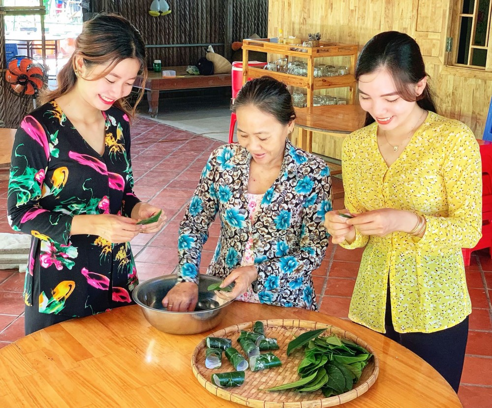 Trải nghiệm làm bánh tại nhà vườn Công Minh, cồn Sơn.
