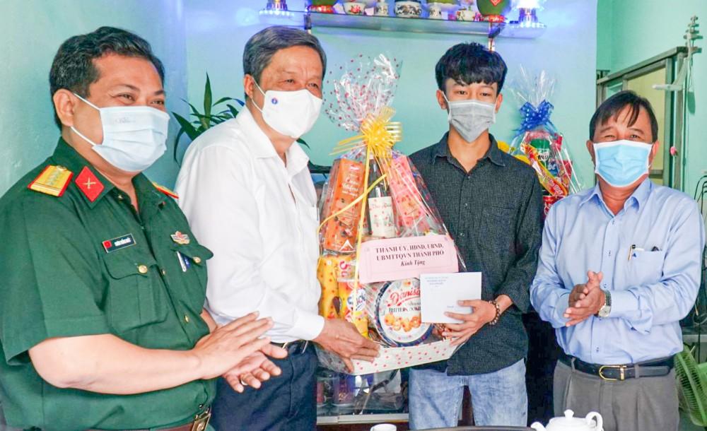Đồng chí Phạm Văn Hiểu tặng quà thanh niên Nguyễn Trường Giang, ở phường Xuân Khánh, quận Ninh Kiều.