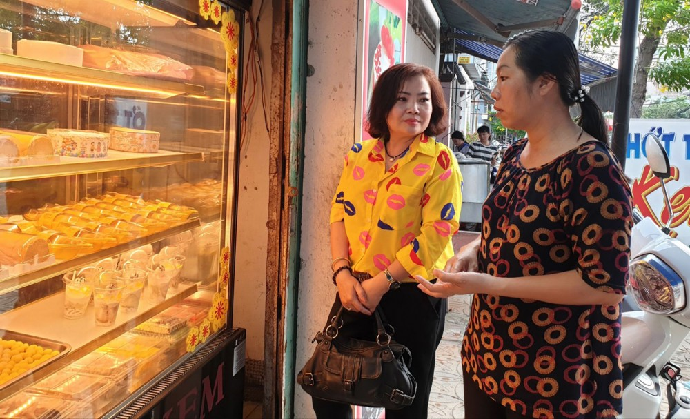 Chị Lê Thị Tuyết Vân, (bên phải) vươn lên ổn định cuộc sống với nghề làm bánh.