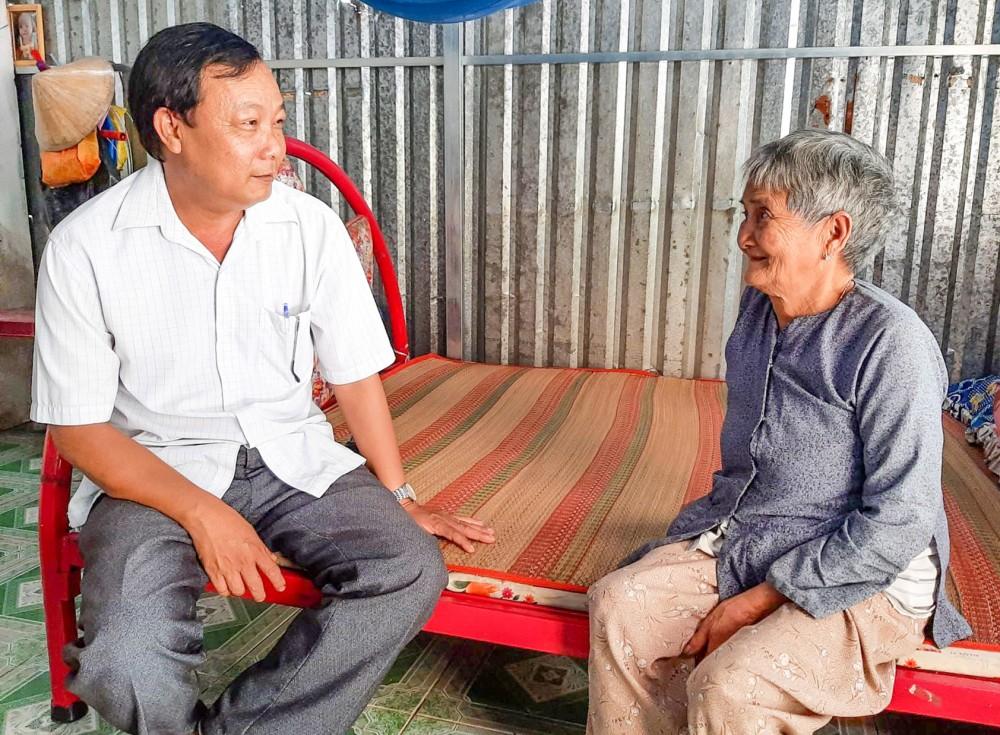 Đồng chí Đoàn Văn Cường (bên trái) thăm hỏi đời sống nhân dân.
