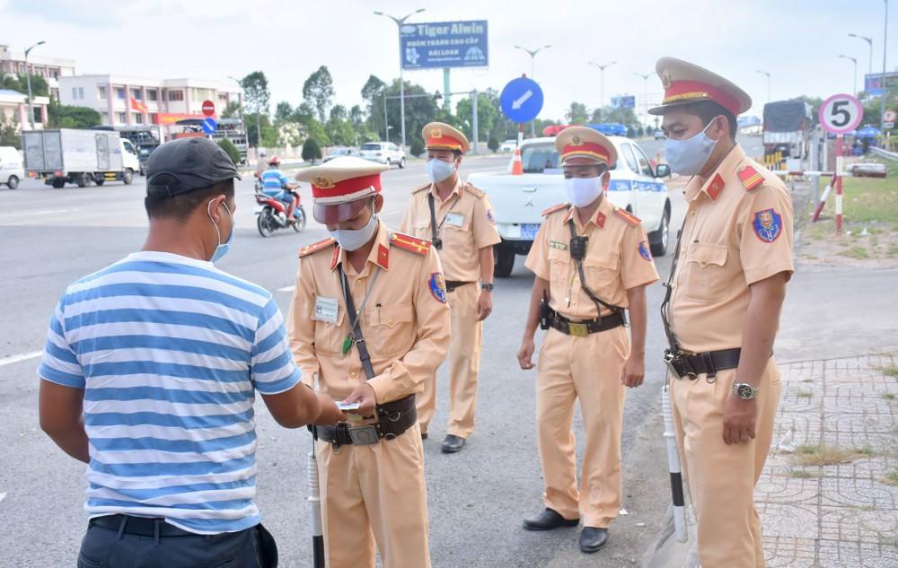 CSGT Trạm Cửa ô Hưng Phú kiểm soát phương tiện lưu thông trên quốc lộ 1A.