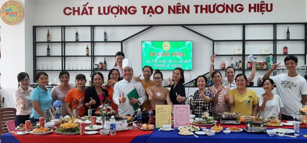 """Trung tâm DVVL thành phố phối hợp cơ sở GDNN tổ chức lớp nghề """"Kỹ thuật nấu ăn cơ bản""""."""