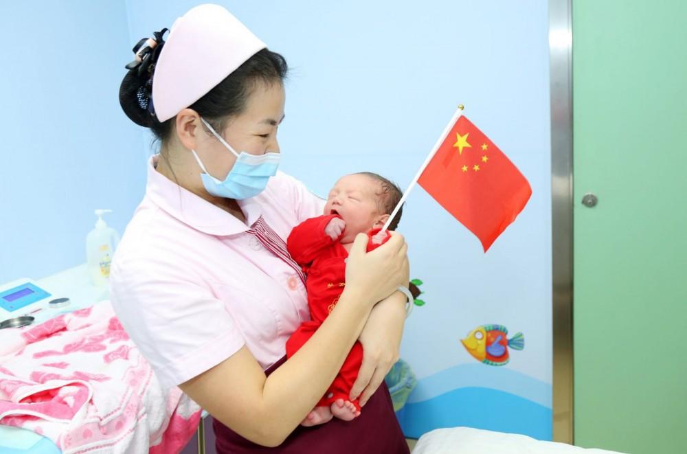 Y tá tại một bệnh viện Trung Quốc chăm sóc trẻ mới sinh. Ảnh: SCMP