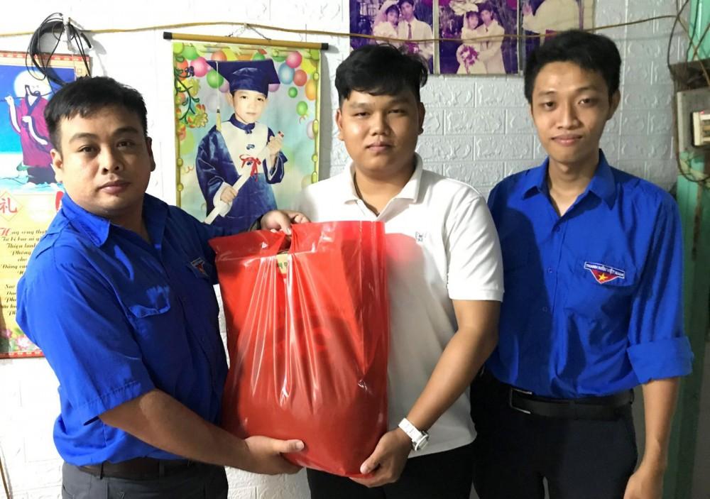 Đại diện BCH Đoàn phường Tân An, quận Ninh Kiều đến thăm hỏi, động viên thanh niên Tống Thanh Thiên.
