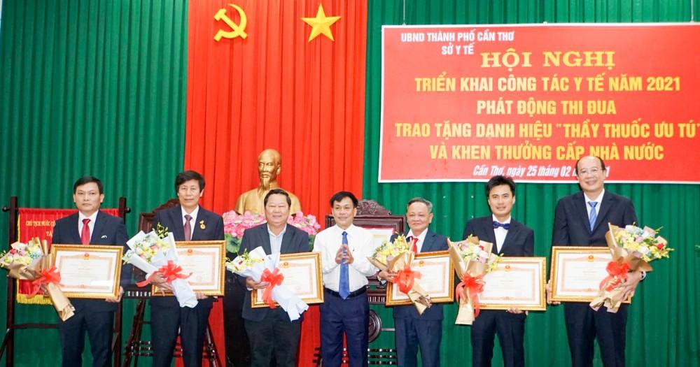 Thừa ủy nhiệm, Phó Chủ tịch UBND thành phố Nguyễn Ngọc Hè trao bằng khen của Thủ tướng Chính phủ cho các cá nhân.