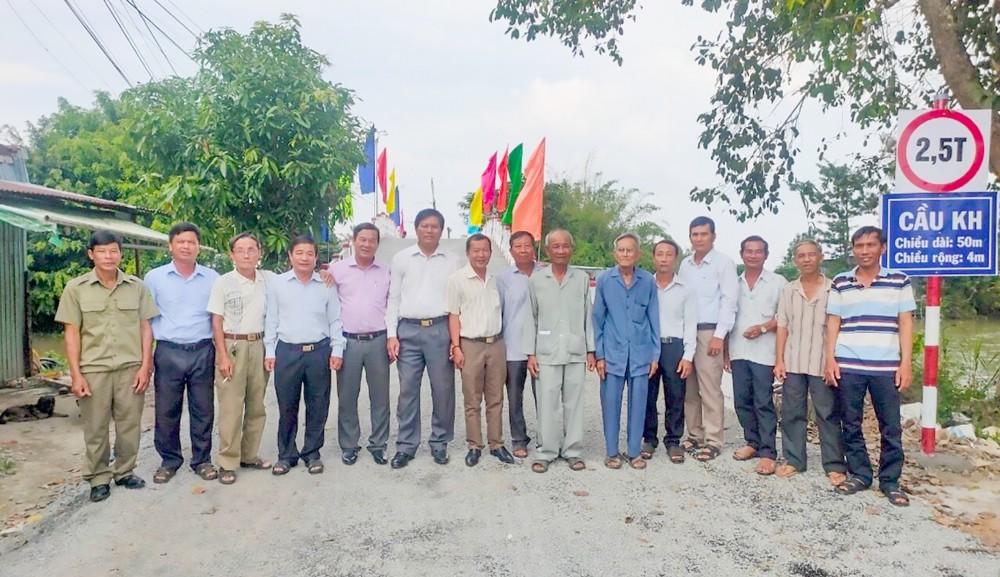 Cán bộ, đảng viên và nhân dân thị trấn Thạnh An phấn khởi khi cầu KH ấp Bờ Bao được xây dựng hoàn thành và đưa vào sử dụng.