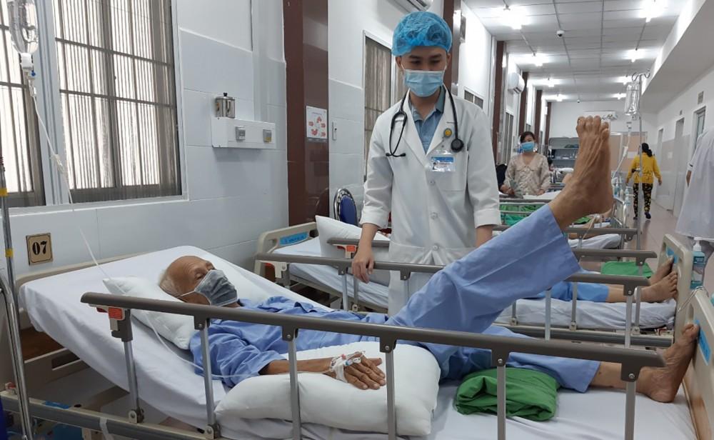 Bệnh nhân đã hồi phục chân bên liệt. Ảnh: BV cung cấp