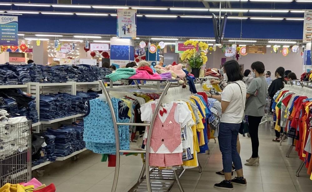 Người tiêu dùng tham quan, mua sắm tại siêu thị Co.opmart Cần Thơ.