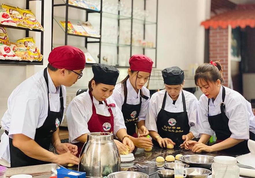 Học viên học nghề bánh tại cơ sở Dạy nghề Bếp - Bar. Ảnh: Đơn vị cung cấp.