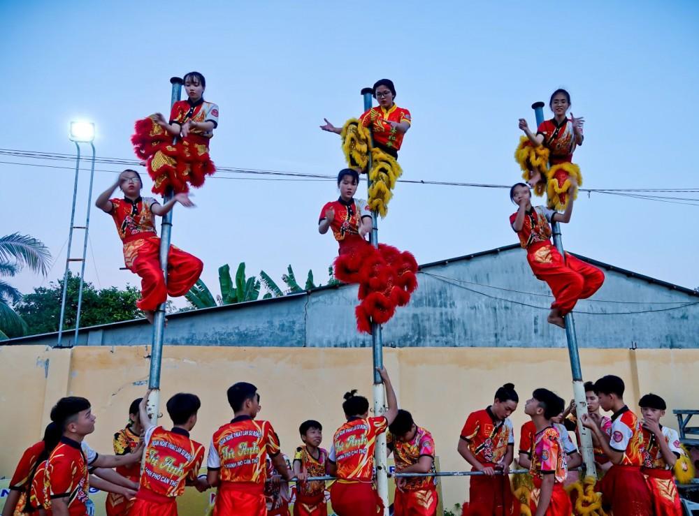 Sáu cô gái của Tú Anh Đường tập bài lân nữ leo cột.