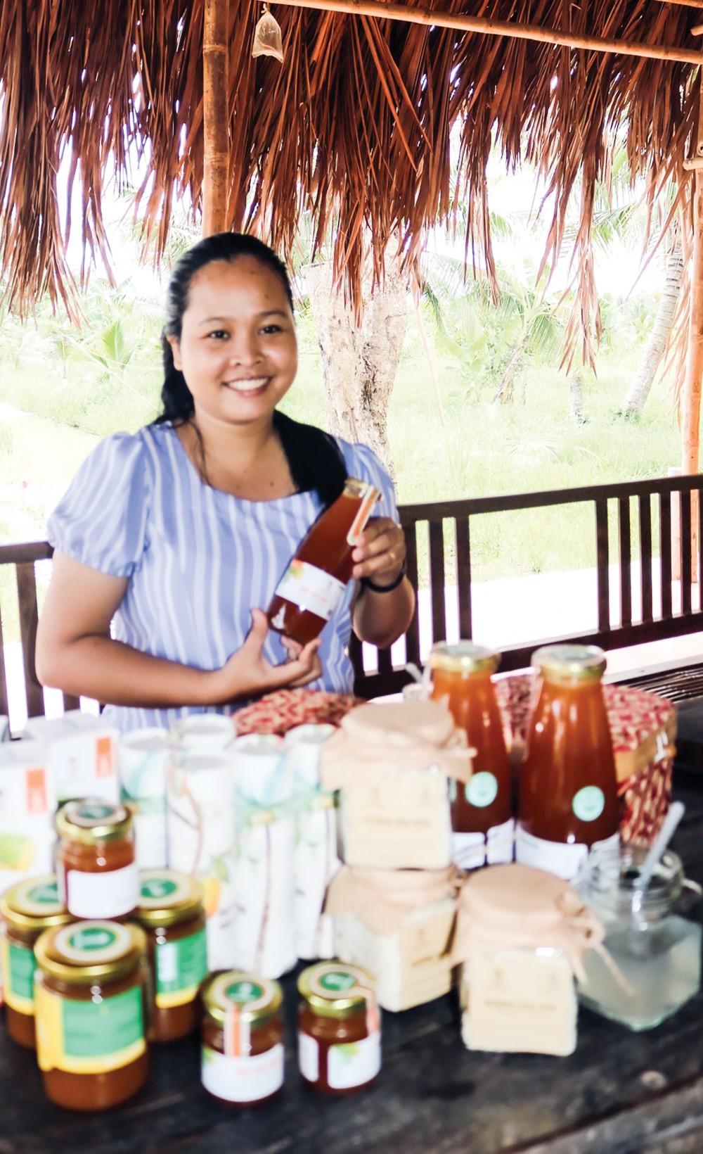 Chị Thạch Thị Chal Thi giới thiệu các sản phẩm chính làm mật hoa dừa của Sokfarm.