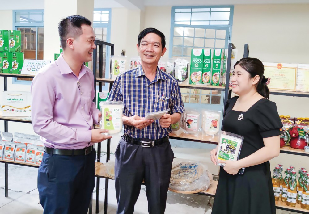 Các sản phẩm OCOP của TP Cần Thơ được trưng bày, quảng bá tại một sự kiện hội nghị được tổ chức ở Sở Nông nghiệp và Phát triển nông thôn TP Cần Thơ.