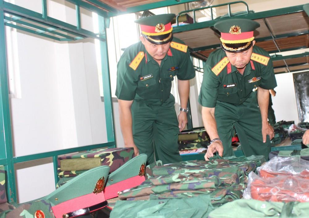 Đại tá Huỳnh Văn Phương (bìa phải) kiểm tra quân trang của chiến sĩ mới.
