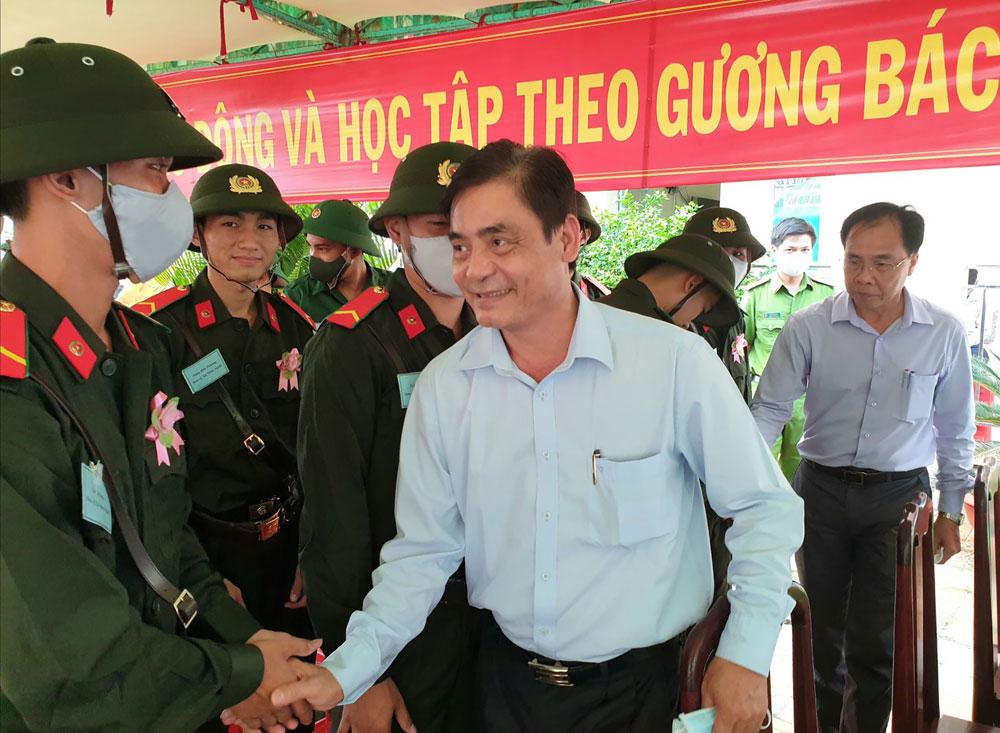 Đồng chí Nguyễn Xuân Hải, Phó Chủ tịch Thường trực HÐND thành phố động viên thanh niên lên đường nhập ngũ. Ảnh:  HỒNG VÂN