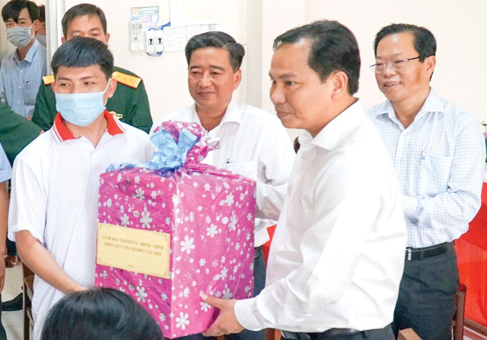 Đồng chí Lê Quang Mạnh, Ủy viên Trung ương Đảng, Bí thư Thành ủy tặng quà thanh niên thị trấn Cờ Đỏ lên đường nhập ngũ. Ảnh: ANH DŨNG