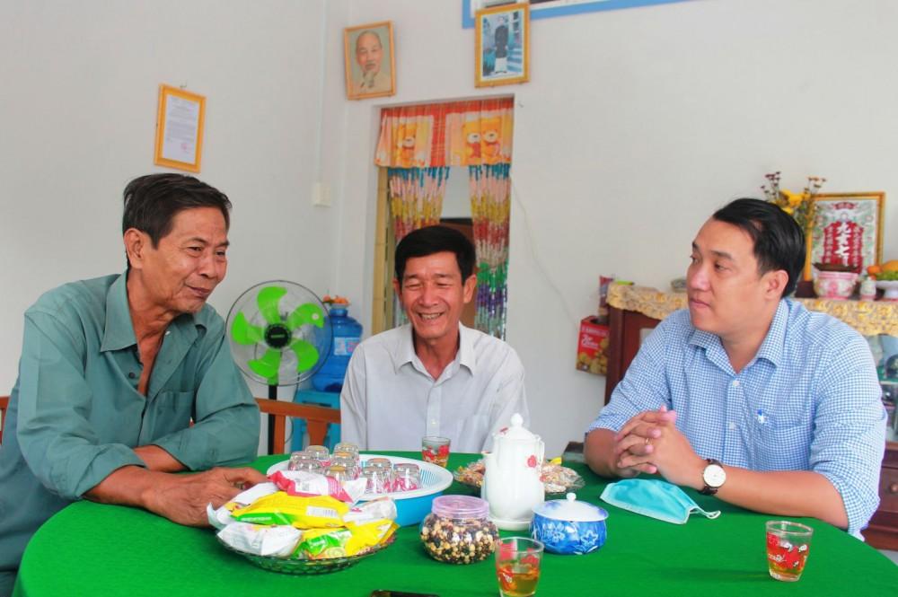 Cán bộ Mặt trận phường Thường Thạnh (bìa phải) thăm hỏi, động viên hộ ông Phạm Văn Tư (ngồi giữa), vừa được hỗ trợ cất nhà Đại đoàn kết năm 2021.