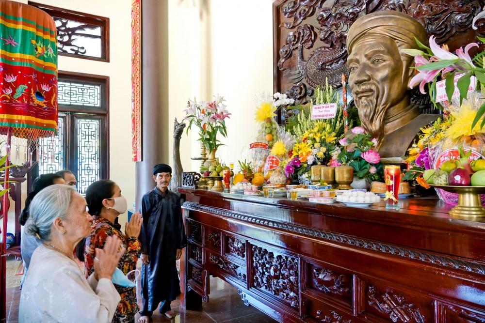 Dâng hương tưởng nhớ cụ Thủ khoa nhân dịp lễ giỗ lần thứ 149 của ông.