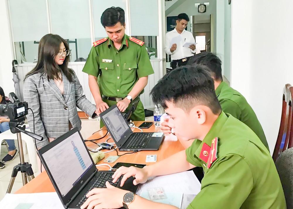 Công an quận Ninh Kiều làm CCCD (có gắn chip điện tử) cho người làm báo tại TP Cần Thơ. Ảnh: KIỀU CHINH