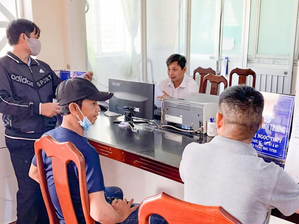 Anh Trương Phương Bình, công chức Địa chính - Xây dựng - Đô thị và Môi trường của UBND phường Châu Văn Liêm, quận Ô Môn tiếp nhận, giải quyết hồ sơ cho người dân.